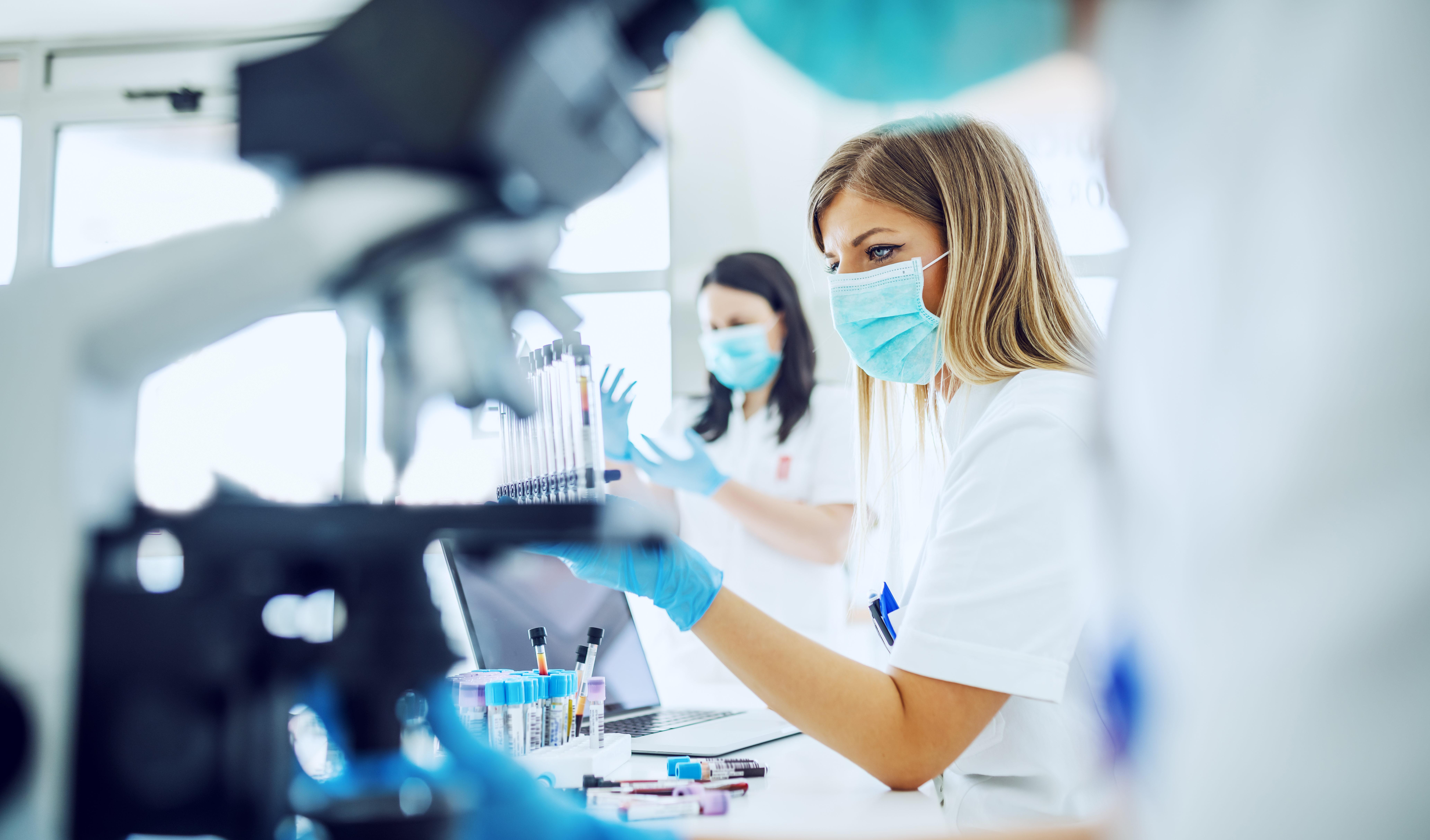 Photo de chercheurs en laboratoires